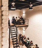 een trap in het restaurant waar mensen eten